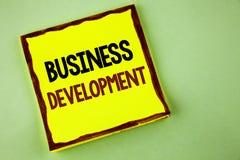 Nota da escrita que mostra o desenvolvimento de negócios Apresentar da foto do negócio desenvolve e executa o ato judiciário das  Foto de Stock