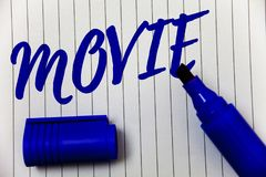 Nota da escrita que mostra o filme Cinema apresentando da foto do negócio ou vídeo filme do filme da televisão indicado no pe do  Foto de Stock