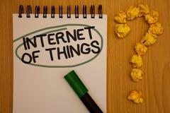 Nota da escrita que mostra o Internet das coisas Nota apresentando da conectividade da eletrônica de Digitas da globalização da i foto de stock royalty free