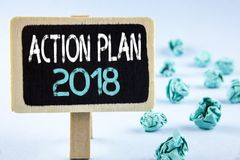 Nota da escrita que mostra o plano de ação 2018 A foto do negócio que apresenta planos visa o ato judiciário do desenvolvimento d fotos de stock