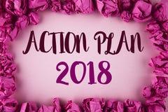 Nota da escrita que mostra o plano de ação 2018 A foto do negócio que apresenta planos visa o ato judiciário do desenvolvimento d fotografia de stock