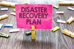 Nota da escrita que mostra o plano de recuperação de desastre Foto do negócio que apresenta tendo medidas alternativas contra o m foto de stock