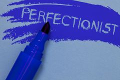 Nota da escrita que mostra a pessoa apresentando da foto do negócio do perfeccionista que quer tudo ser azul corajoso perfeito do fotografia de stock