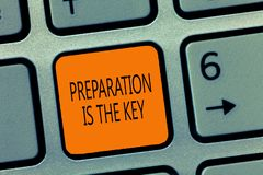 A nota da escrita que mostra a preparação é a chave Ação apresentando da foto do negócio de fazer algo pronto para o serviço ou foto de stock royalty free