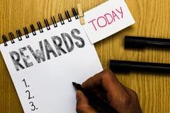 Nota da escrita que mostra recompensas Apresentar da foto do negócio dado no reconhecimento do presente do prêmio da realização d fotografia de stock royalty free