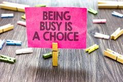 A nota da escrita que mostra sendo ocupada é uma escolha A vida apresentando da foto do negócio é sobre prioridades arranja seu p fotos de stock