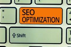 Nota da escrita que mostra Seo Optimization Processo apresentando da foto do negócio de afetar a visibilidade em linha do Web sit foto de stock