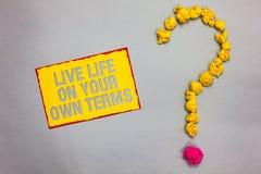 Nota da escrita que mostra termos de Live Life On Your Own Apresentar da foto do negócio dá-se diretrizes para um bom bordere ver fotografia de stock