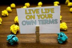 Nota da escrita que mostra termos de Live Life On Your Own Apresentar da foto do negócio dá-se diretrizes para uma boa vida escri fotografia de stock