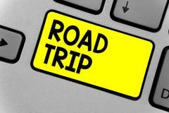 Nota da escrita que mostra a viagem por estrada Vaguear apresentando da foto do negócio em torno dos lugares sem o teclado defini imagens de stock royalty free