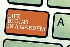 A nota da escrita que mostra a vida começa em um jardim A agricultura apresentando da foto do negócio planta o crescimento loving ilustração royalty free
