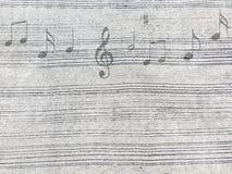Nota da música na estrada concreta ou na parede com teste padrão descascado Foto de Stock Royalty Free