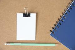 Nota da mensagem do Livro Branco com lápis foto de stock royalty free
