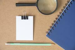 Nota da mensagem do Livro Branco com lápis imagem de stock