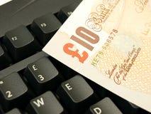 nota de 10 libras em um teclado Fotos de Stock Royalty Free