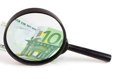 Nota de banco através de um magnifier Fotografia de Stock Royalty Free