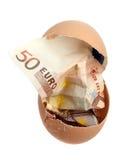 Nota de banco do euro 50 na casca de ovo Fotos de Stock Royalty Free