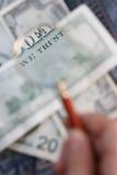 A nota de banco está sob uma lupa Imagens de Stock