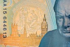 Nota de cinco libras con Churchill y el parlamento foto de archivo