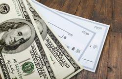Nota de dólar americana com verificação Fotografia de Stock Royalty Free