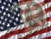 Nota de dólar cinco com a bandeira americana no fundo Foto de Stock Royalty Free