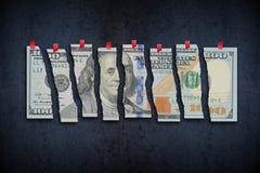 A nota de dólar dos E.U. cortou nas partes que sugerem a economia fraca Foto de Stock
