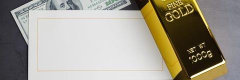 Nota de d?lar e cart?o do lingote do lingote da barra de ouro imagens de stock royalty free