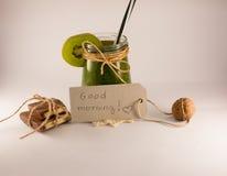 Nota de la buena mañana, chocolate y smoothie verde en un backg blanco Imagen de archivo