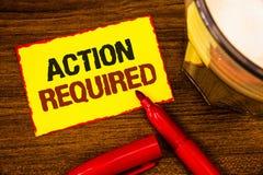 Nota de la escritura que muestra la acción requerida La foto del negocio que mostraba acto importante necesitó amarillo important Imágenes de archivo libres de regalías