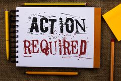Nota de la escritura que muestra la acción requerida La foto del negocio que mostraba acto importante necesitó el blanco importan Foto de archivo libre de regalías