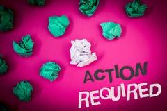 Nota de la escritura que muestra la acción requerida La foto del negocio que mostraba acto importante necesitó las palabras impor Foto de archivo