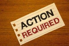 Nota de la escritura que muestra la acción requerida La foto del negocio que mostraba acto importante necesitó palabra importante Foto de archivo libre de regalías
