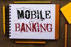 Nota de la escritura que muestra actividades bancarias móviles La foto del negocio que muestra el banco virtual en línea de los p fotos de archivo libres de regalías
