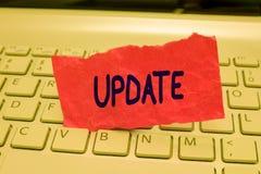 Nota de la escritura que muestra la actualización La exhibición de la foto del negocio actualizada hace algo una versión más reci fotos de archivo