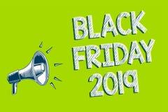 Nota de la escritura que muestra Black Friday 2019 El día de exhibición de la foto del negocio que sigue acción de gracias descue Fotos de archivo libres de regalías