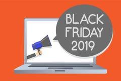 Nota de la escritura que muestra Black Friday 2019 El día de exhibición de la foto del negocio que sigue acción de gracias descue Foto de archivo libre de regalías