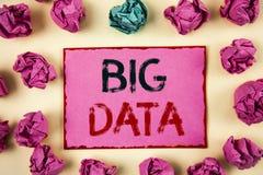 Nota de la escritura que muestra datos grandes Foto del negocio que muestra una gran cantidad de información que necesita ser ana Imagen de archivo libre de regalías