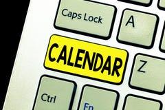 Nota de la escritura que muestra el calendario Páginas de exhibición de la foto del negocio que muestran meses de las semanas de  foto de archivo