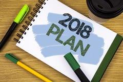 Nota de la escritura que muestra el plan 2018 Metas desafiadoras de exhibición de las ideas de la foto del negocio para que motiv Fotos de archivo