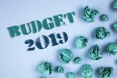 Nota de la escritura que muestra el presupuesto 2019 Fotos del negocio que muestran la estimación del Año Nuevo de rentas y del p Fotos de archivo