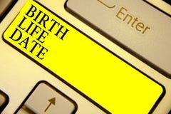 Nota de la escritura que muestra la fecha de la vida del nacimiento Día de exhibición de la foto del negocio un bebé va a ser emb fotografía de archivo libre de regalías