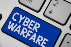 Nota de la escritura que muestra la guerra cibernética La foto del negocio que muestra el sistema virtual de los piratas informát fotos de archivo libres de regalías