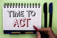 Nota de la escritura que muestra hora de actuar El plazo de exhibición de la estrategia del momento de la acción de la foto del n Imágenes de archivo libres de regalías