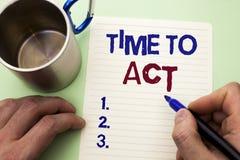 Nota de la escritura que muestra hora de actuar El plazo de exhibición de la estrategia del momento de la acción de la foto del n Imagenes de archivo