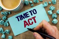 Nota de la escritura que muestra hora de actuar El plazo de exhibición de la estrategia del momento de la acción de la foto del n Fotografía de archivo
