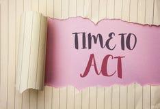 Nota de la escritura que muestra hora de actuar El plazo de exhibición de la estrategia del momento de la acción de la foto del n Fotografía de archivo libre de regalías