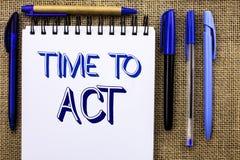 Nota de la escritura que muestra hora de actuar El plazo de exhibición de la estrategia del momento de la acción de la foto del n Fotos de archivo libres de regalías