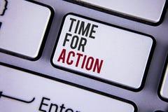 Nota de la escritura que muestra la hora para la acción La exhibición de la foto del negocio ahora hace algo para un acto particu Fotos de archivo