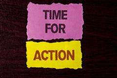 Nota de la escritura que muestra la hora para la acción La exhibición de la foto del negocio ahora hace algo para un acto particu Foto de archivo libre de regalías