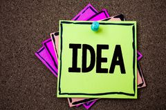 Nota de la escritura que muestra idea La foto del negocio que muestra soluciones de pensamiento innovadoras creativas del planeam foto de archivo
